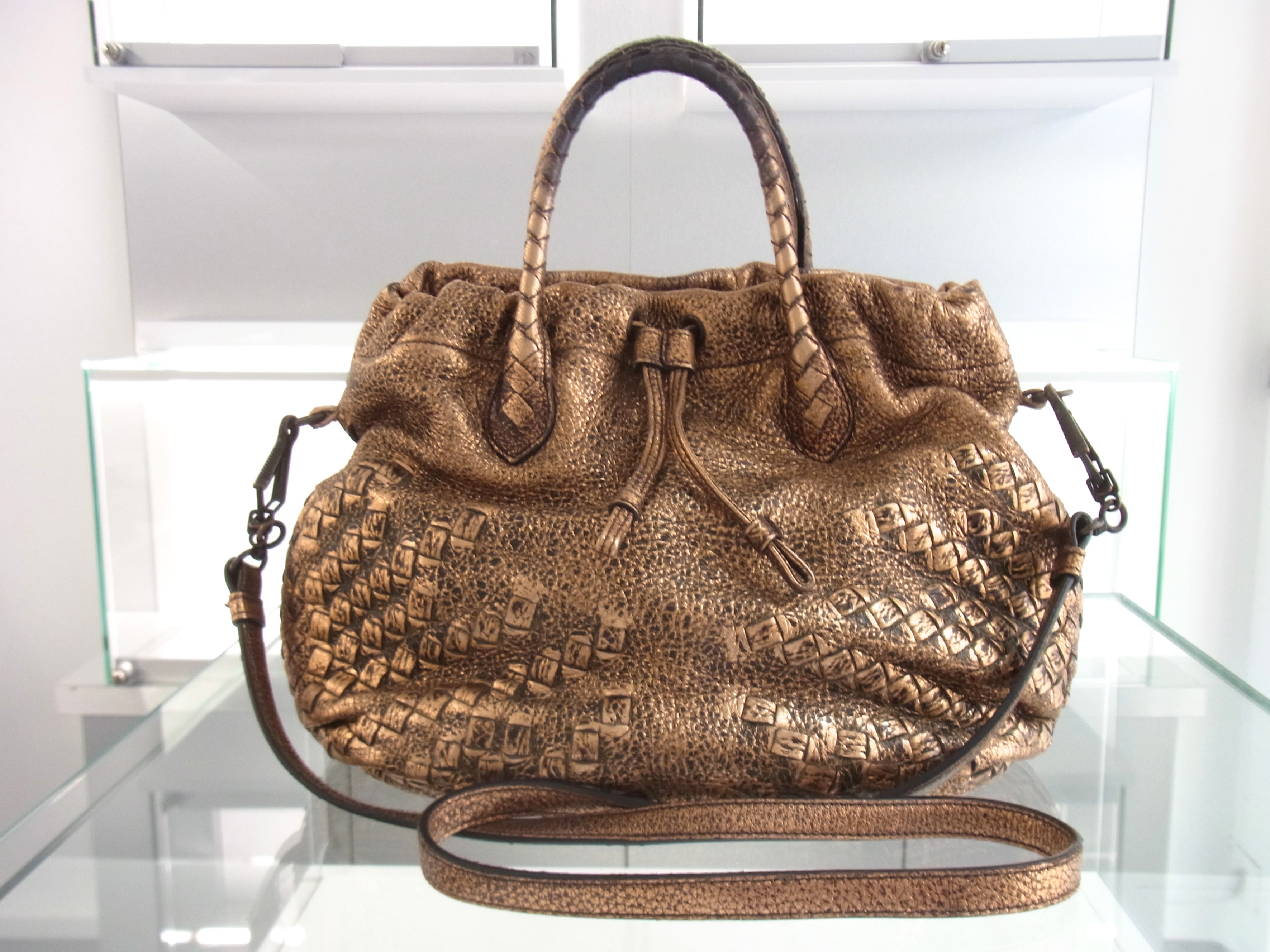 d4b22d72436a2 Bottega Veneta Tasche Leder Metallic Oro Scuro Nappa Leather bag ...